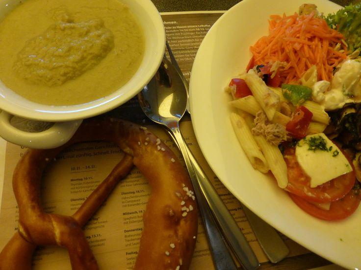 プレッツエルとサラダ、スープ
