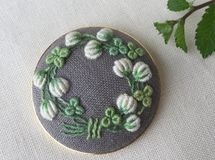 ご注文品 刺繍ブローチ5.0 シロツメクサのリース