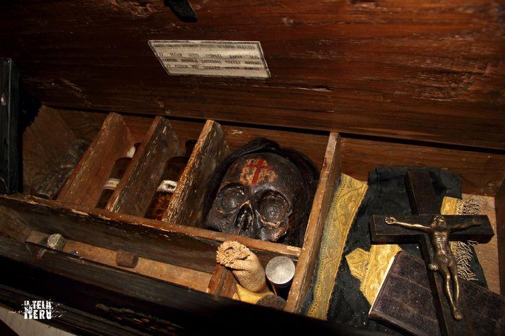 Il contenuto di un kit per l'uccisione di un vampiro, forse addirittura quello commercializzato dal criminologo Cesare Lombroso a fine carriera. #kitantivampiro #cesarelombroso #vampiri