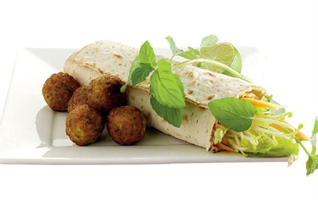 Nem durumrulle med falafel, dip og grønt.