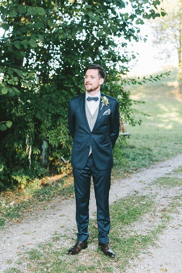 Blauer Anzug, graue Weste und passende Fliege #Hochzeitsanzug #Bräutigam #Groom