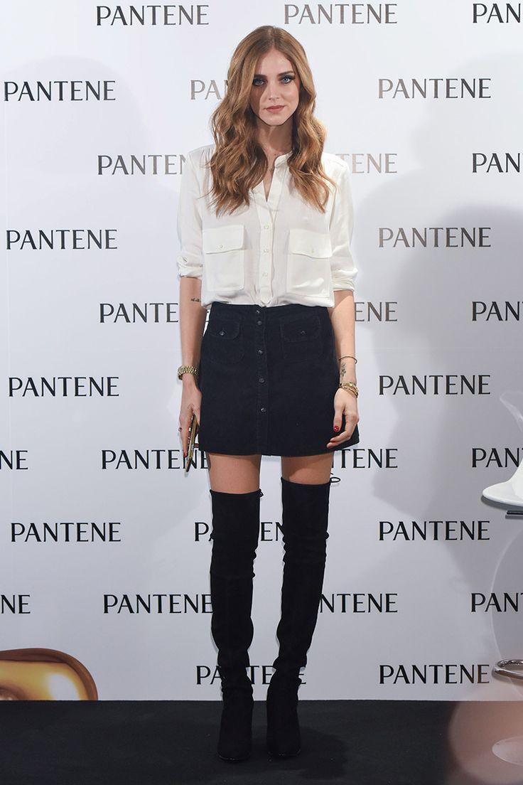 Chiara Ferragni falda negra con botones delanteros + camisa + botas alta = plus fall