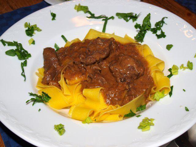 Das perfekte Wildschweinragout aus Ligurien mit Pasta (Pappardelle al ragù di cinghiale dalla Liguria)-Rezept mit einfacher…