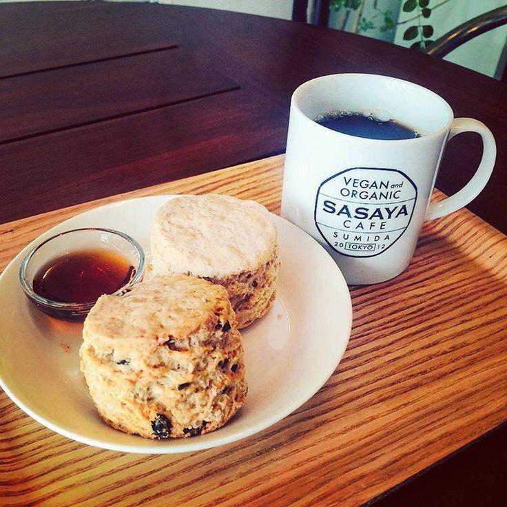 Freshly baked vegan scones and muffins are ready to be served. 今日は寒いですね🍃 間も無くランチが始まりますよ。スコーンやマフィンもご用意がございます。 是非お待ちしています。