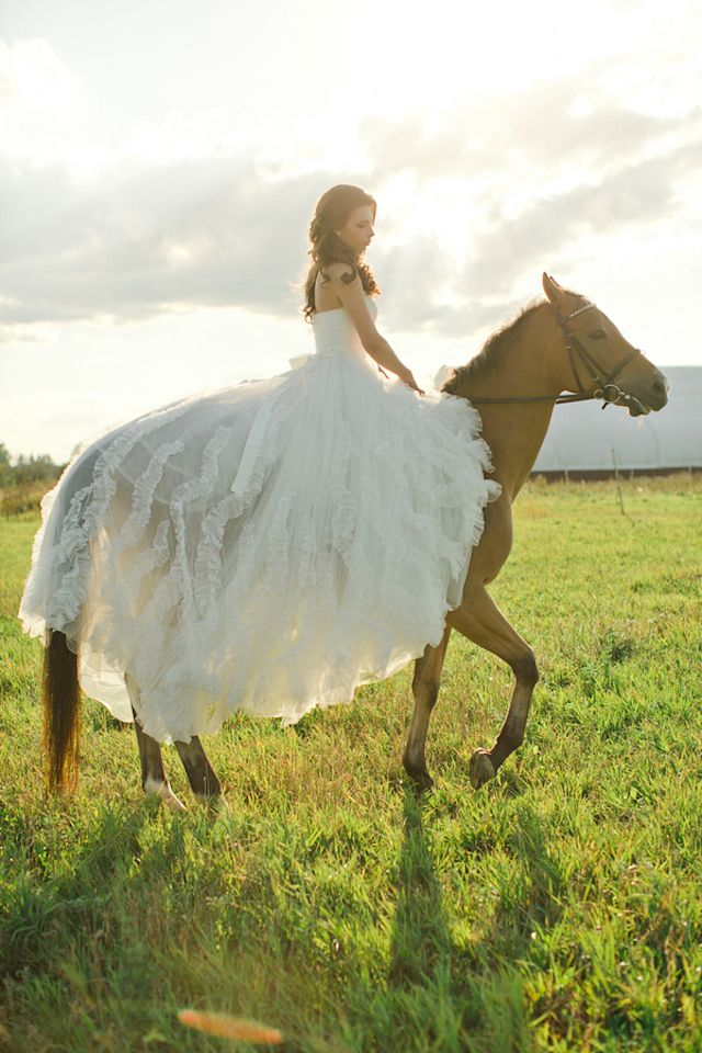 Bride on a horse | Warmphoto | see more on: http://burnettsboards.com/2014/11/equestrian-bridal-session/