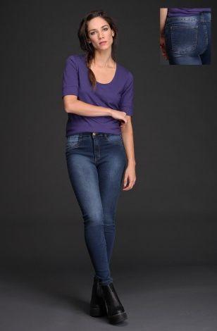 El pantalón Maina está realizado en #denim confort azul, que lo hace muy cómodo en el uso y brinda un excelente calce. Tiene lavado localizado oscuro, cinco bolsillos y corte chupín. Encontralo en talle 34 a 42.