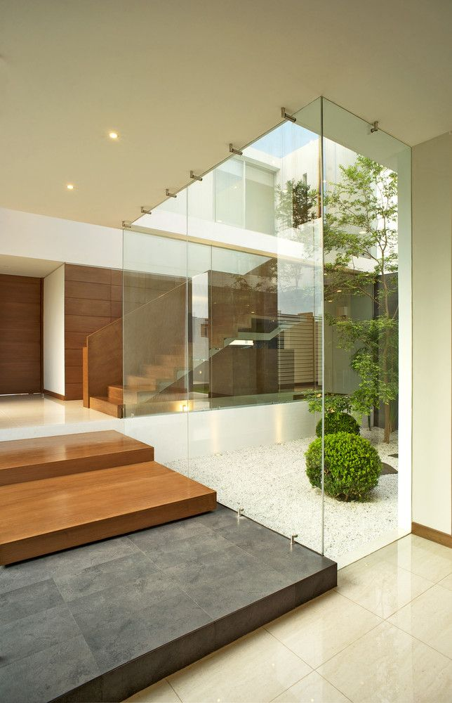 Jardín interior, da luz a toda la casa, y se convierte en una referencia para el proyecto, recomiendo hacer un jardín zen probando arboles bonsai