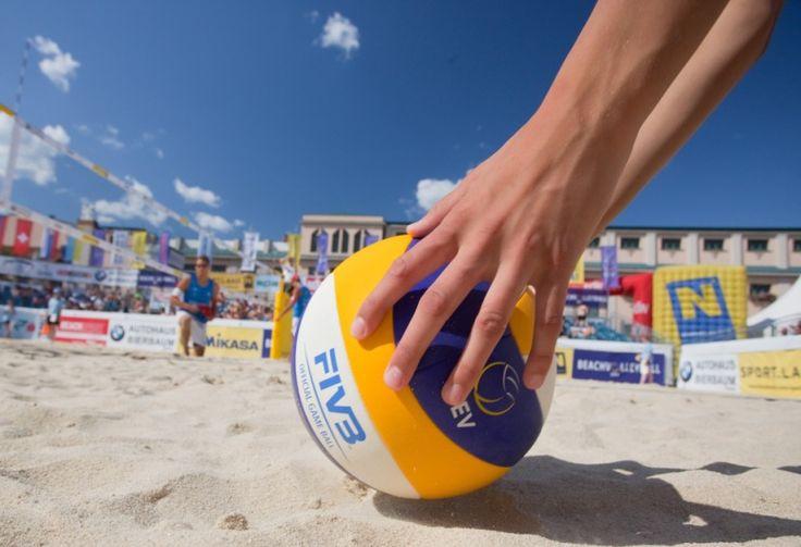 ПЛЯЖНЫЕ ИГРЫ  Впереди выходные, а это значит что многие выберутся к водоемам, где можно искупаться и позагорать. Чтобы не лежать весь день на пляже, мы предлагаем интересные игры, в которые могут сыграть и дети и взрослые. Пляжный футбол оценят мужчины, а в волейбол с удовольствием сыграет вся компания -- это самая популярная игра на песке. Весело провести время можно играя с фрисби -- это такая летающая тарелка, которую игроки кидают друг другу и ловят. Смесь волейбола и бадминтона…