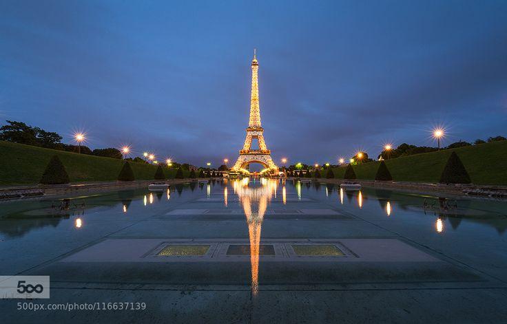 Paris is magic - Pinned by Mak Khalaf Paris is magic ... Je n'ai pas résisté à traiter l'image dont je vous proposais le backstage hier soir. Voilà plus de 6 mois que je pense à cette image sans trouver le temps les conditions (pas trop chaud sinon les gens sont dans les fontaines pas trop beau sinon les gens sont sur la pelouse ...) où l'adéquation entre le scintillement de la Tour Eiffel (5min au début de chaque heure) et l'heure bleue (moment 30 min après le coucher du soleil et 30 min…