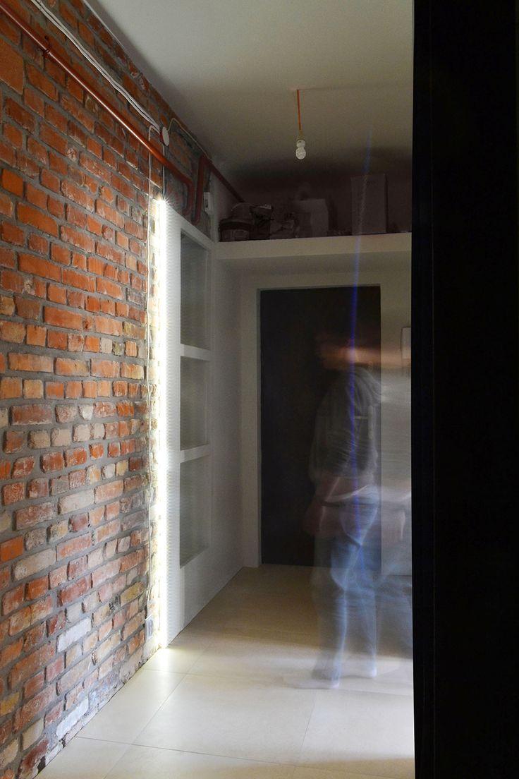 Industrialny, surowy korytarz w mieszkaniu singla. | Maszroom.com