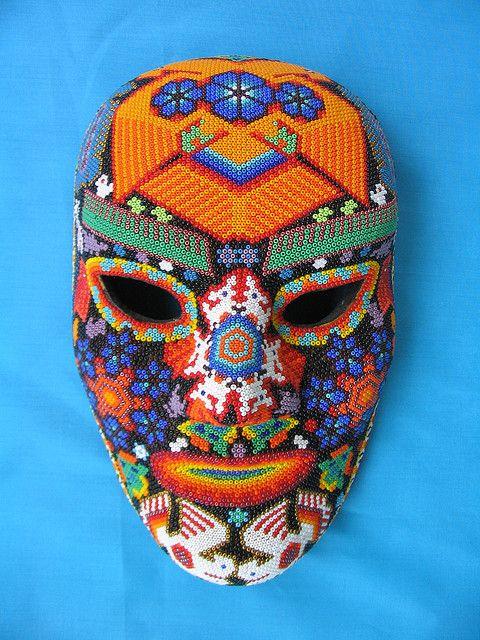 Esta mascara es una artesenia hecha a mano. Es muy comun en Mexico.
