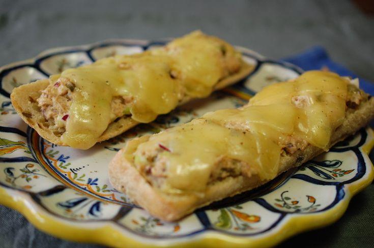 Tuna melt sandwich - een heerlijk warm broodje uit de VS met tonijnsalade en gesmolten kaas. Klinkt misschien apart, maar smaakt verrassend goed! Een perfect lunchgerecht.