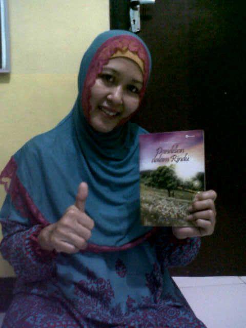 Dwi Indah Retnaningsih di Jember bersama bukuku DdR
