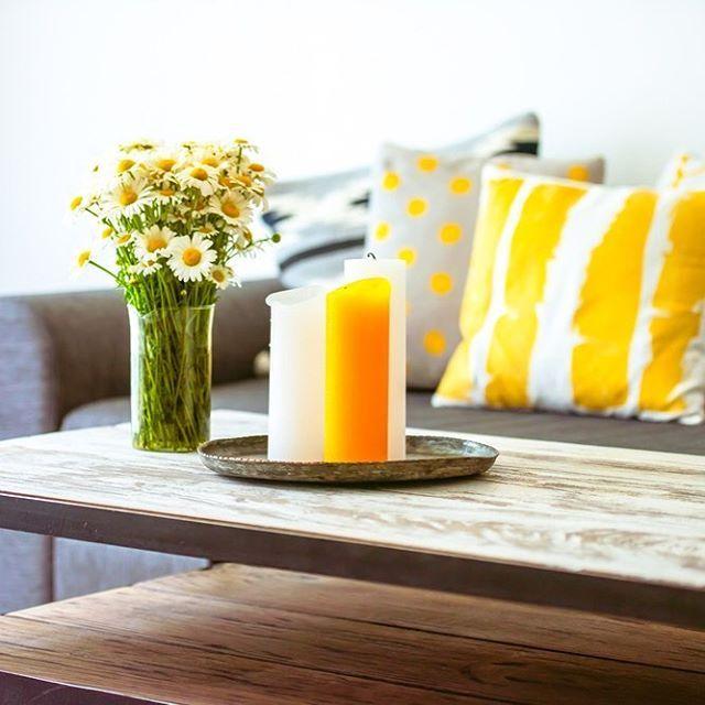 Sarı, turuncu ve doğal ahşap. Sakinleştirici ve huzur verici bir tablo gibi. #milliyet #milliyetemlak #ev #dekorasyon #evdekorasyonu #homedecoration #home #decorstion #wood #wooden #floral #flower #çiçek #pilloe #color  #colors #colorful