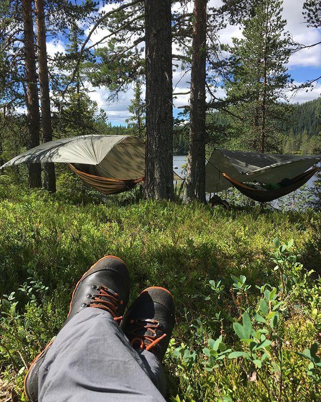 . Just hangin' around in the norwegian woods. ☺️ #liveterbestute selv for en med betennelse i albuen og en med betennelse i hofta ☺️ #tickettothemoon leverer! #trillemarka #vindolvatn #eggedal #norge #visitnorway #utno #mittfriluftsliv #love #hiking #mountains #fishing #woods #forest #lake #hammock #hengekøye #bursitis #fibromyalgia #fibromyalgi #recreation