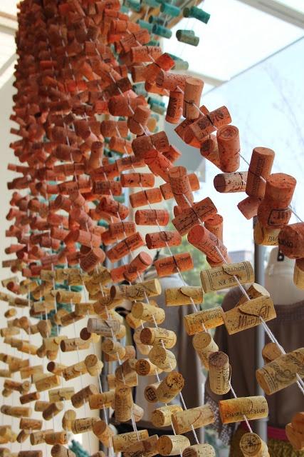 CORTINA DE TAPONES DE CORCHO INSPIRACION PARA HACER GUIRNALDAS FACIL BARATO RECICLAJE ++++ CORK GARLAND  EASY CHEAP ECO UPCYCLED Fàcil amb taps de suro