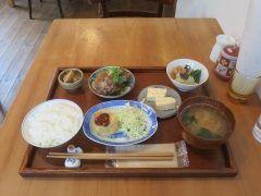 鎌倉に用事があった時に丁度昼時になったので鎌倉駅近くのタロウでランチしました ランチタイムには数種類の定食メニューがあったのですがこの日はおそうざい定食を選びました ご飯味噌汁漬物に小鉢に総菜種類がセットになった定食です 安いし栄養バランスのとれているからおすすめですよ tags[神奈川県]