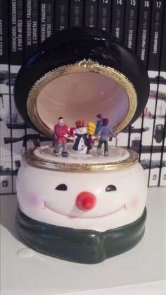 Caixa de música Boneco de neve com patinadores no gelo