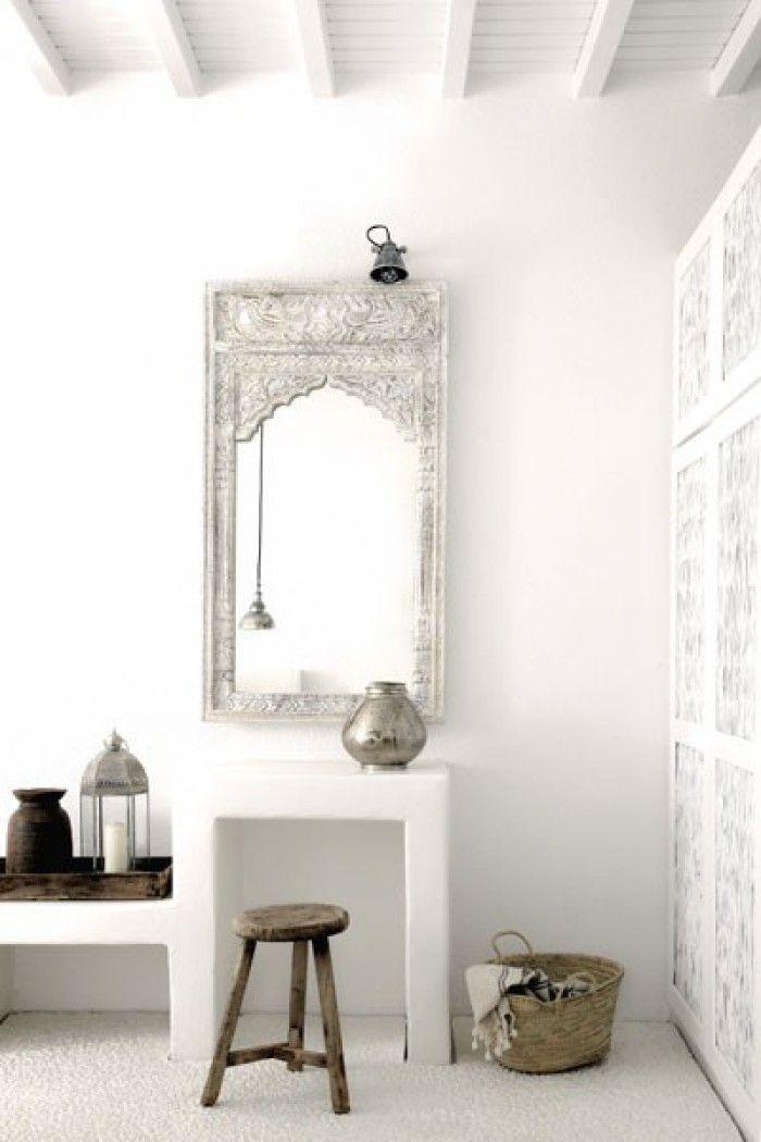 Kaptafel met spiegel in oosterse stijl: wit, zilver en naturel.