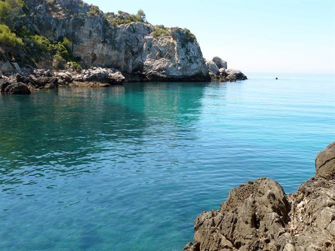 Cala de Maro y a desconectar... (Nerja, Málaga) - El pueblo de Maro, uno de los pueblos blancos de la costa de Málaga, es uno de los más tranquilos de la zona.  Un lugar donde el tiempo parece pararse. Esta playa no es diferente, se trata de una pequeña cala, de medio km, que parece ser el lugar idóneo para relajarse mirando el mar... Cuenta con un pequeño mirador prefabricado con cañas entre los acantilados y no hay sitio donde me relaje más que comiendo ahí y avistando y escuchando el…