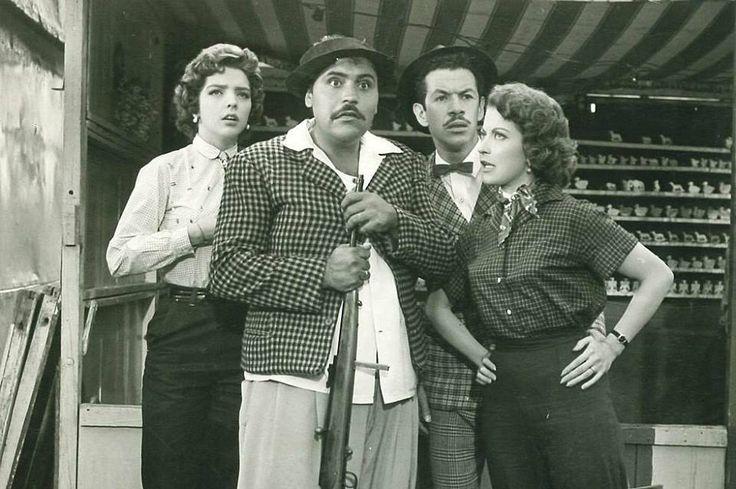 """"""" Gaspar Henaine """"capulina"""" junto a Marco Antonio Campos """"viruta"""", acompañados por las guapas actrices Anabelle Gutiérrez y Maricruz Olivier en Angelitos del Trapecio (1959) """""""