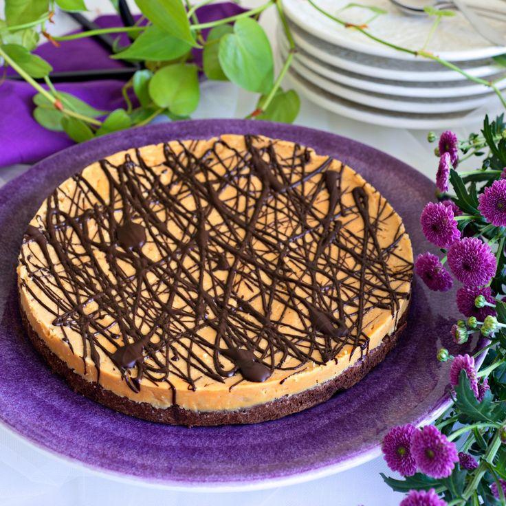 Lyxa till kladdkakan med ett jordnötstäcke och toppa med ringlad choklad.
