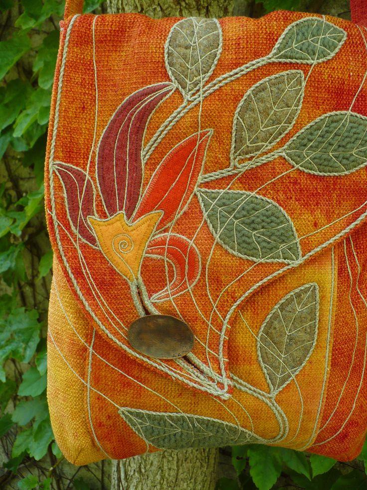 Ohnivý květ Taška formátu A4- batikovaná v ohnivých barvách- výrazná! divoká- ušitá z pevné přírodní potahovky, zdobená vlněnými aplikacemi ,provázky a tak... Zapínání na měděný knoflík od Měďáka. Vpředu hluboká kapsa, na podšívce ještě jedna.