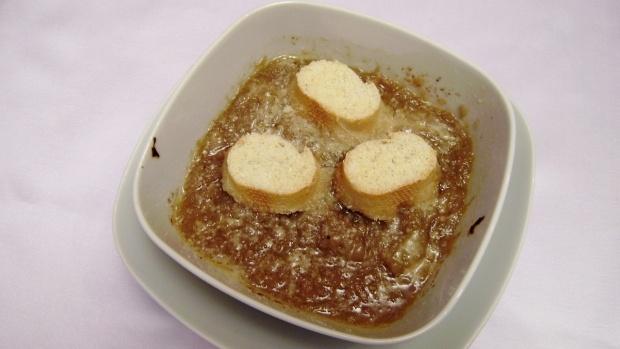 Gratinovaná cibulová polévka s parmazánovým snížkem
