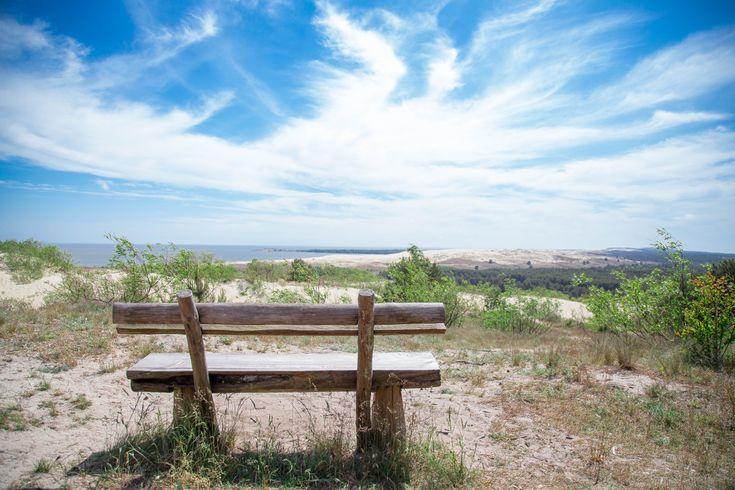 Есть места, в которых обязательно нужно побывать. Одно из них – Куршская коса, уютно расположенная недалеко от Клайпеды и Калининграда, со своим особым микроклиматом, историей, потрясающей природой и удивительными дюнами, которые с каждым годом исчезают. Если вы любите море, песок, волны, ветер в волосах и хвойный воздух, а также закаты на берегу- тогда отправляемся на