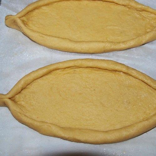 Όλεςοιβασικέςζύμεςσεέναάρθρο! Ζύμη σφολιάτα (κλασική συνταγή)  Υλικά 400 γρ. αλεύρι 7,5 γρ. ψιλό αλάτι 250 ml παγωμένο νερό 1 κ.σ. χυμός λεμονιού 400 γρ. βούτυρο πολύ καλής ποιότητας Παρασκευή Δουλεύετε το βούτυρο με μια σπάτουλα και το πλάθετε σε σχήμα ορθογώνιο (8 x 12 x 1,5 εκ) το αλευρώνετε και το τυλίγετε σε …