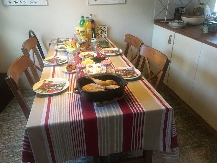 Børnejulefrokosten er klar😊 kylling, frikadeller, dehydreret grønkålschips, grønt, surt, brød og div. fisk som fiskefrikadeller, fiskefileter mv😊