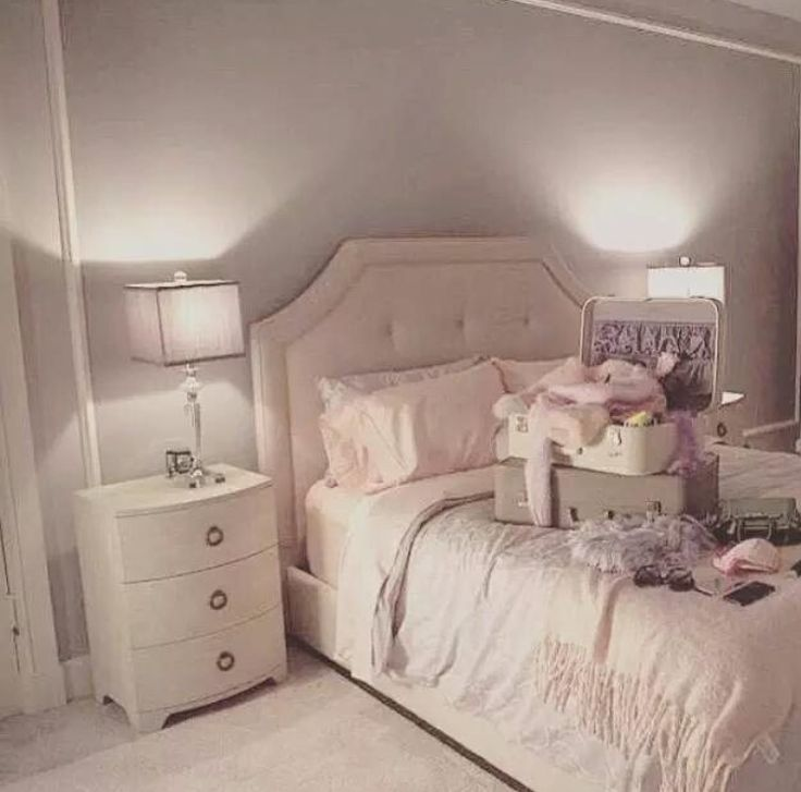 Beautiful colour palette - Ariana's room in scream queens