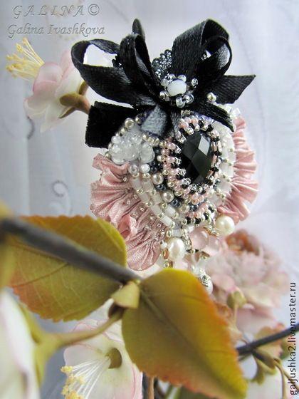 Новая работа в моем магазине на Ярмарке Мастеров - http://www.livemaster.ru/galjushka2   Брошь Cadeau. Ручная вышивка. - розовый,брошь,вышитая брошь,брошь из бисера