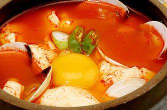 スンドゥブチゲ   ・具    -豆腐(絹・木綿どちらでも)   -あさり    -豚肉    -ぶなしめじ    -長ネギ    -ゆでたたけのこ    -キムチ     ・スープ    -水     -コチュジャン    -サムジャン   -にんにくのすりおろし    -鶏ガラ   -酒     スンドゥブチゲの作り方 ①材料は適宜お好みの大きさに切ります。  ②スープの材料をすべて鍋に入れ温めます。   あさりを加え口が開くのを待ちます。  ③豚肉、しめじ、ねぎ、たけのこ、豆腐、キムチの順に鍋に入れ、火を通します。   色どりにとうみょうをのせ、卵を割り入れて出来上がりです。