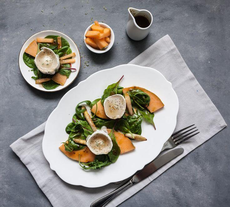 Ein Rezept für einen gesunden Spinat-Melonensalat mit gerösteten Spargelspitzen, frischer Cantaloupe Melone und gebackenem Ziegenkäse.