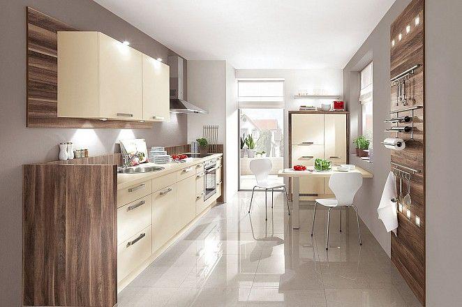 Keukenloods.nl - Keuken 41: Moderne keuken in rechte opstelling met fronten in vanille kleur en warme houttinten.