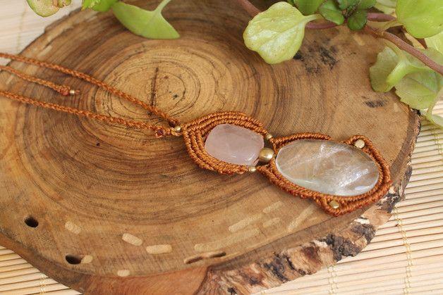 Collar en macramé hecho totalmente a mano con una piedra de cuarzo rosa y una de cuarzo cristal, pequeñas cuentas cuadradas y redondas. El cierre es con un nudo corredizo ajustable a la medida...