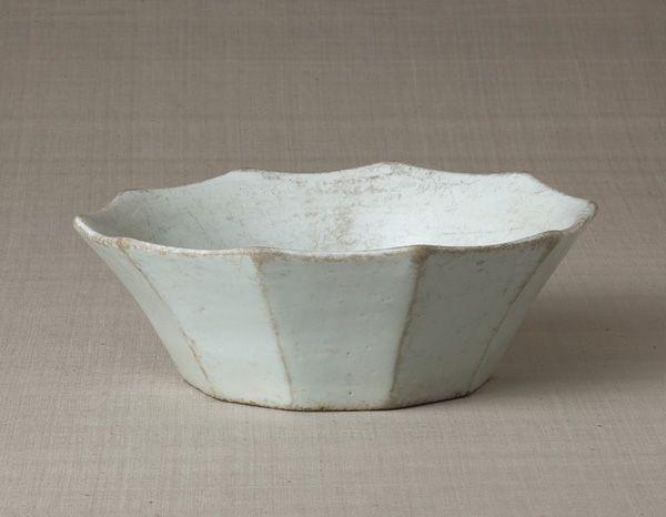 白磁面取鉢 〈はくじめんとりはち〉<br>金沙里窯 朝鮮時代〔朝鮮半島〕18世紀前半<br>8.3 x 24.0cm No.5700