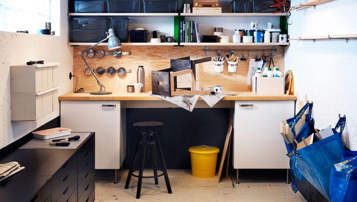 Een werkplaats uitgerust met een ladeblok, planken en kasten; maken met geschilderde Ivarkasten voor in de schuur?