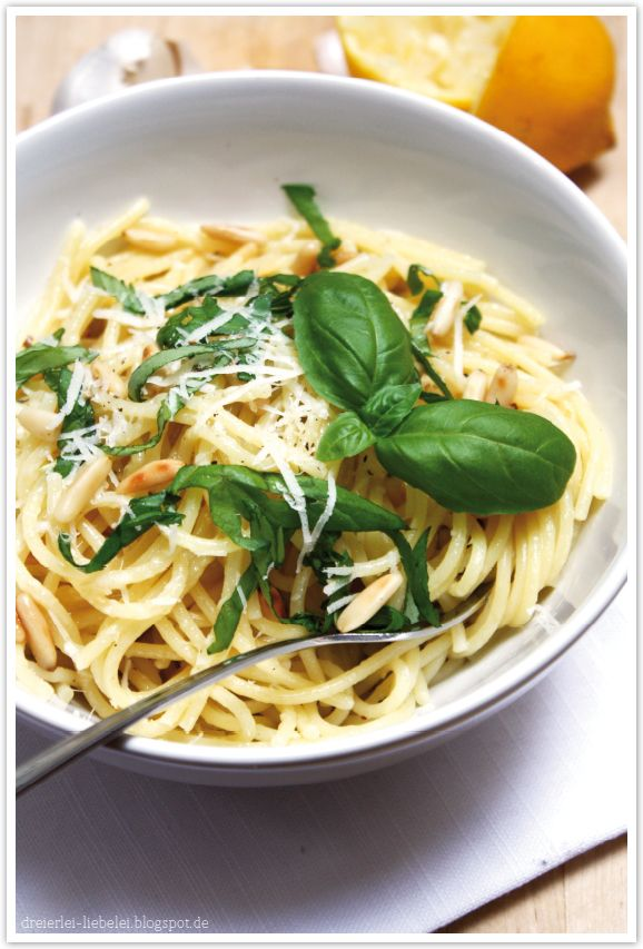 Pasta mit Knoblauch, Parmesan und Zitrone (...und Basilkum uuund mmmmmh Pinienkernen) – Dreierlei Liebelei