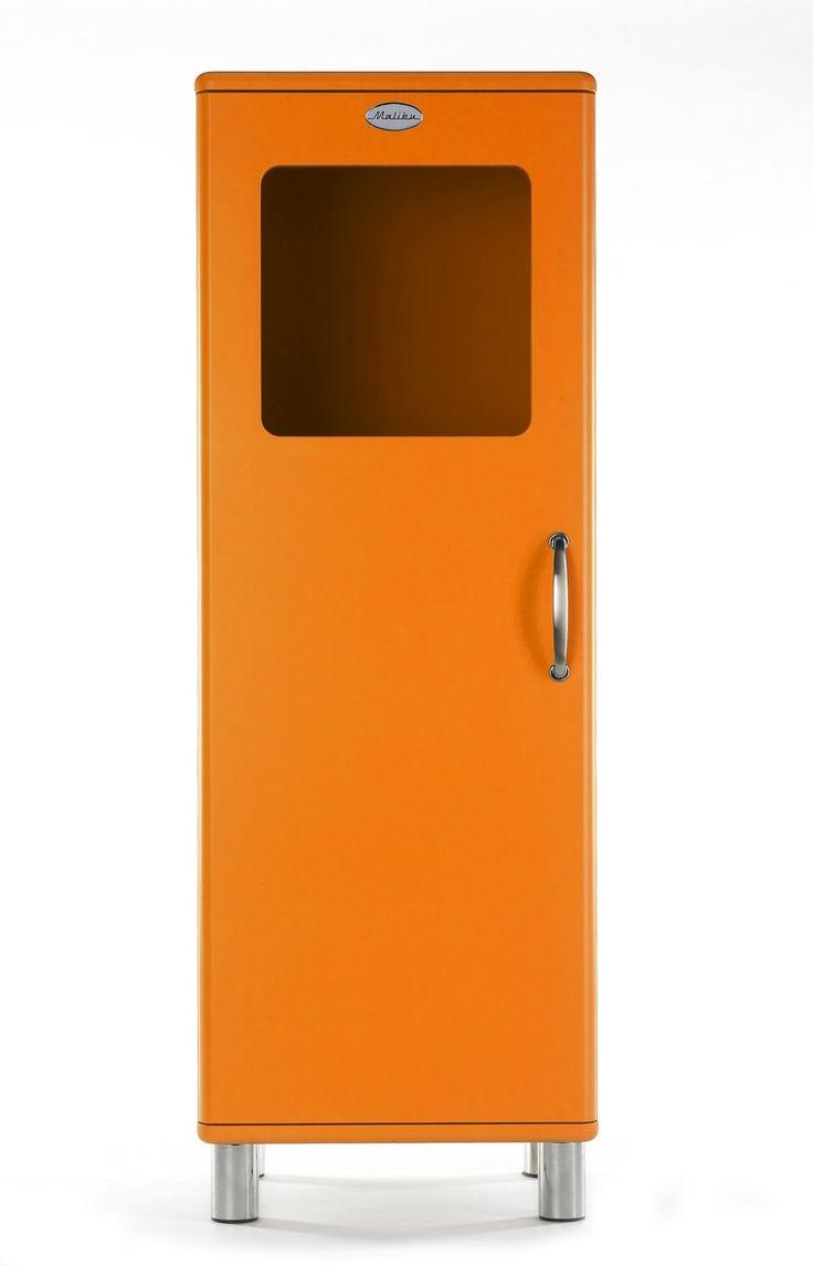 Retro never dies - Vitrine: orange lackierte Kunststoffoberflächen / silberfarbene Füße / Tür mit Glaseinsatz - Produktnummer: 111216-001-08-310