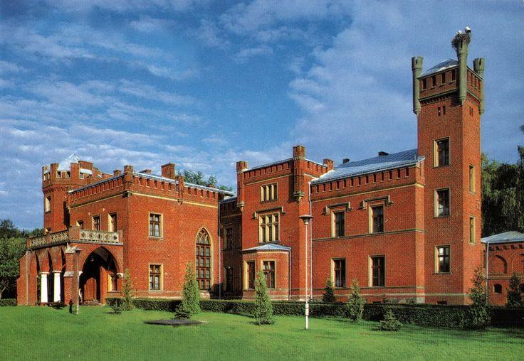 Zamek w Karnitach wzniesionym został w 1856 roku, w miejscu spalonego podczas wojen polsko-szwedzkich dworu. Zamek wraz z parkiem od 1995 jest w posiadaniu firmy prywatnej, która prowadzi tu całoroczny hotel.