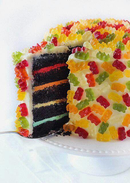 Glaçage extérieur blanc avec Jelly beans tropicaux sur tous le gâteau. Glaçage coloré (style rainbow) entre chaque étage:)