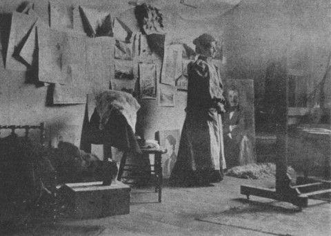 PRACOWNIA OLGI BOZNAŃSKIEJ W MONACHIUM (Olga stoi obok portretu Józefa Czajkowskiego) Wł. p. Ireny Zbigniewiczowej, Fot. z nat. http://polskidomaukcyjny.com.pl/blogs/publikacje/16991700-olga-boznanska-helena-blumowna-1949-r-czesc-i