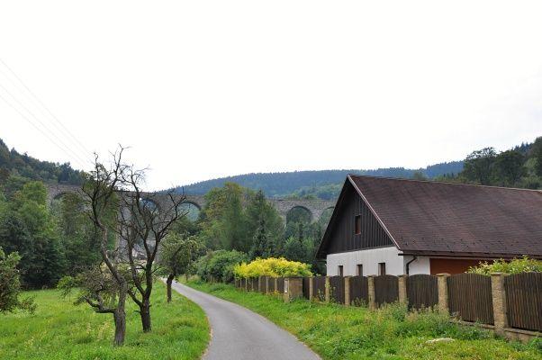 Viadukt ve vesnici Novina. Výlet do Kryštofova údolí