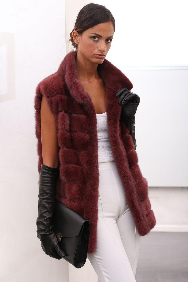 Female Mink Fur Vest with hooks and button at the collar. Gilet di Visone Femmina con gancetti e bottone al collo. #elsafur #fur #furs #furcoat #mink #minkcoat #vest #gilet #peliccia #pellicce