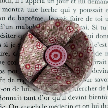 "1.7"" Fabric brooch 'Berlingot' - $13.30  #broche #brooch #tissu #fabric #peachbanana"