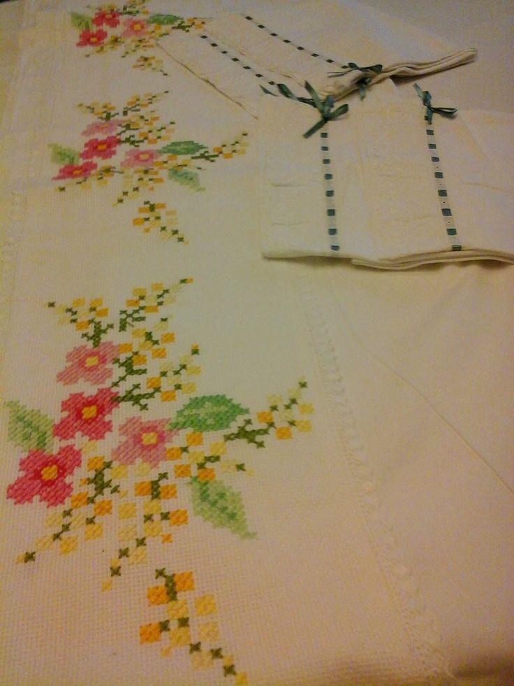 Parure lenzuola matrimoniali ricamate a punto croce