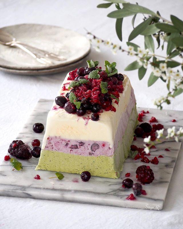 homemade three layered ice cream cake for todays sweets or late night cravings? From upper, vanilla , berries and Matcha green tea😋👍✨.. .. アイスクリームケーキを作りました。上からバニラ、ラズベリー、ブラックベリー、ブルーベリーのベリーミックス味、最後は抹茶です。3連休楽しんでいますか?☺️