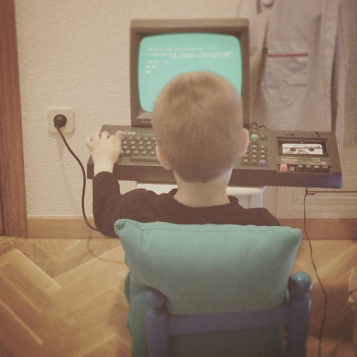 On instagram by lmorillo #amstrad #microhobbit (o) http://ift.tt/2mDFwAI que esta foto no es de los 80.  #retro #videogames #madrid #igersmadrid #madridgrafias #80s